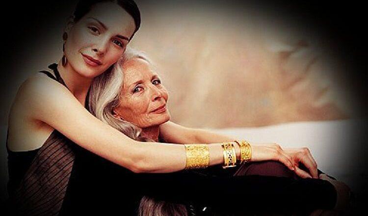 Мама с дочкай в душе одни
