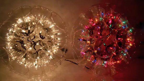 Она начала соединять пластиковые стаканчики. В итоге получилось волшебное новогоднее украшение