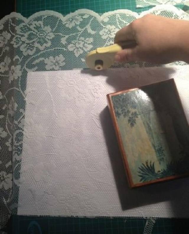Она разрезала тюль и намочила отрез в крахмале. Увидев результат, я сделала так же! Смотрите видео.