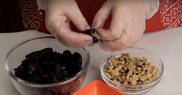 Чернослив, сметана и грецкий орех — идеальный десерт к празднику