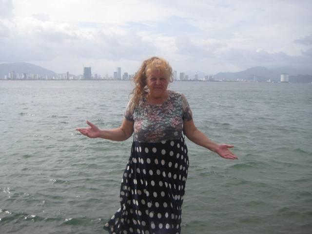 60-летняя пенсионерка 8 месяцев путешествует по азиатским странам. Женщина похудела на 18 кг, ее дважды обокрали, но домой она не собирается