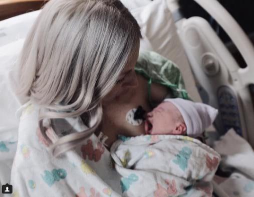 Муж сделал снимок новорожденной дочки и жены, а через 8 часов женщина стала донором для 50 человек!