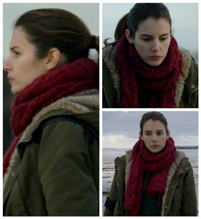 Винно-красного цвета шарф ручной вязки. По-моему, он из мериносовой шерсти.