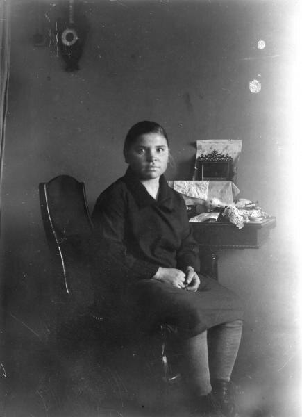 Девушка у столика Илья Раутенштейн, 1920-е, МАММ/МДФ.