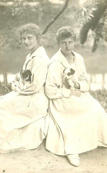 Девушки с собачками П. Богданов, 1920-е, МАММ/МДФ.