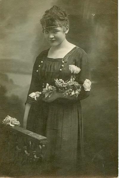 Молодая женщина с цветами Неизвестный автор, 1920-е, г. Львов, МАММ/МДФ.