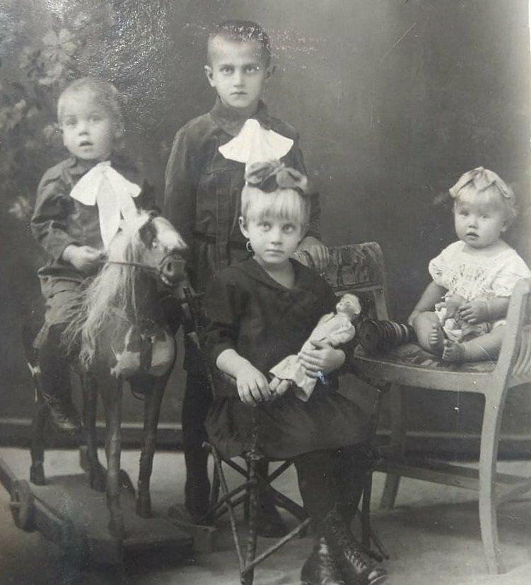 Дети Руденко (слева направо): Толя, Петя, Тася и моя бабушка, Лида. Примерно 1926 год.