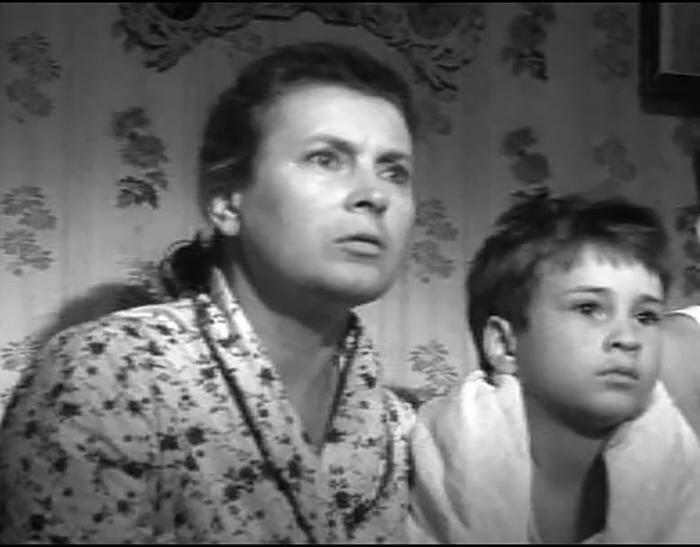 """Кадр из фильма """"Тридцать три"""". Любовь Соколова с сыном Николаем"""