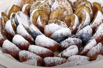 Пирог из сливы без верха и бортов. Тонкое тесто только внизу, а сливы запекаются и превращаются в карамель